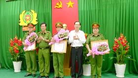 Phó Chủ tịch Thường trực UBND TPHCM Lê Thanh Liêm khen thưởng 3 đơn vị trực thuộc Cảnh sát PCCC TPHCM kịp thời hút nước chống ngập cho người dân