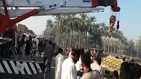 Xe tải lật đổ than vùi xe khách ở Pakistan, ít nhất 20 người chết