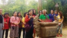 Đồng chí Thân Thị Thư, Trưởng Ban Tuyên giáo Thành ủy TPHCM và các thành viên  trong đoàn Biên giới yêu thương thắp những nén nhang trước Lán Nà Lừa, nơi Bác Hồ ở  và làm việc, chuẩn bị cho cuộc Tổng khởi nghĩa tháng 8-1945 lịch sử
