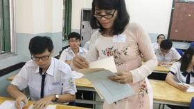 Thí sinh bắt đầu thi môn đầu tiên kỳ thi THPT quốc gia năm 2017. Ảnh: Khánh Bình
