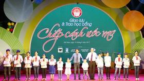 Bộ trưởng, Chủ nhiệm Văn phòng Chính phủ Mai Tiến Dũng và ông Lê Quốc Phong  trao học bổng tặng học sinh nghèo Hà Nam     Ảnh: PHAN NAM