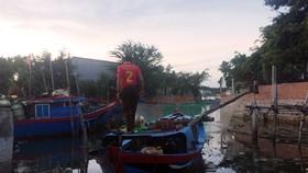 Trắng bêm bắt ghe giã cào sử dụng xung điện xiết máy trong đêm tại đầm Thị Nại
