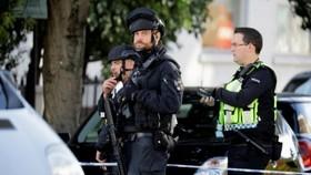 Cảnh sát vũ trang phong tỏa ga tàu điện ngầm Parsons Green ở London, Anh, ngày 15-9-2017. Ảnh: REUTERS