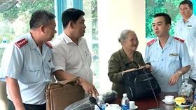 Cán bộ Ban Tiếp dân Trung ương trong một buổi đối thoại với người dân quận 2