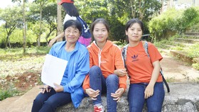 Cô giáo Nguyễn Thị Gạo (bìa trái) cùng học trò