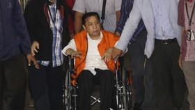 Ông Novanto bị bắt, ngồi xe lăn. Ảnh: REUTERS