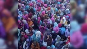 Đám đông tranh giành lương thực tại Sidi Boulalam. Ảnh: AL ARABIYA