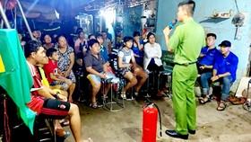 Cảnh sát PCCC TPHCM phổ biến kiến thức PCCC, hướng dẫn kỹ năng thoát nạn cho công nhân, người lao động tại một khu nhà trọ ở huyện Bình Chánh