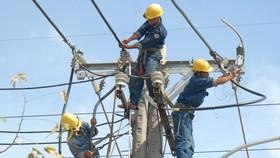 Kéo đường dây điện mới tại quận 8, TPHCM. Ảnh: Cao Thăng