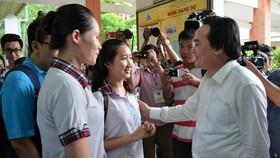 Bộ trưởng Phùng Xuân Nhạ động viên thí sinh