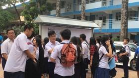  Tại điểm thi Trường THPT Nguyễn Du, thí sinh xem danh sách phòng thi và kiểm tra thông tin cá nhân trên phiếu dự thi