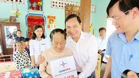 Ông Nguyễn Văn Hợp, Tổng giám đốc EVN SPC tặng quà, thăm hỏi bà Phạm Thị Lệ
