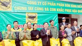 Công ty Bình Điền tặng quà người dân Hà Tĩnh bị ảnh hưởng thiên tai . Ảnh: PHAN NAM