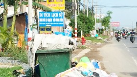 Bãi rác trước lối vào di tích lịch sử