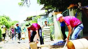 Các chiến sĩ tình nguyện chung tay bê tông hóa  một số tuyến đường nông thôn tại huyện ngoại thành TPHCM