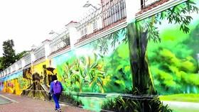 Do họa sĩ có tay nghề, đầu tư kỹ về chất liệu sơn, họa tiết ý nghĩa, nên bích họa Ba miền đất nước Việt Nam (dài hơn 60m, trên đường Nguyễn Hữu Cảnh, quận 1) của hai bạn trẻ Trang Khoa và Nguyễn Tấn Lực đã góp phần tạo cảnh quan đẹp, sinh động. Bích họa n