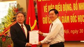 Bộ trưởng Nội vụ Lê Vĩnh Tân (phải) trao quyết định bổ nhiệm cho ông Đặng Xuân Hoan