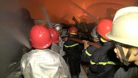 Cảnh sát PCCC căng mình chữa cháy trong đêm