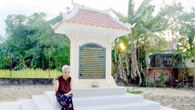 Mẹ Việt Nam anh hùng Nguyễn Thị Thưởng bên di tích trong vườn nhà