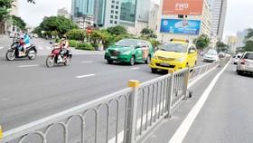 Dải phân cách được lắp đặt tại giao lộ Tôn Đức Thắng - Nguyễn Huệ, góp phần hạn chế ùn ứ. Ảnh: THÀNH TRÍ