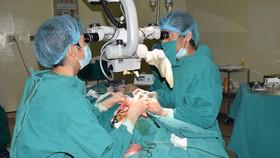 Các bác sĩ chuyên ngành ung thư và phẫu thuật tạo hình của Bệnh viện K đang phẫu thuật tạo hình thành công 1/2 lưỡi và sàn miệng bằng vạt đùi trước ngoài vi phẫu cho bệnh nhân D
