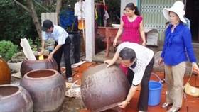Làm vệ sinh lu chứa nước ngừa loăng quăng. Ảnh minh họa