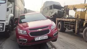 Va chạm liên hoàn với xe container, hai vợ chồng thoát chết