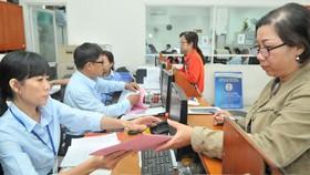 Giải quyết hồ sơ cho người dân tại Công ty cổ phần Cấp nước Gia Định. Ảnh: CAO THĂNG