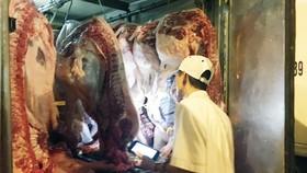 Cơ quan thú y kiểm tra thịt heo nhập vào chợ Hóc Môn