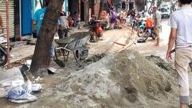 Đường Trần Văn Đang sáng ngày 24-10-2017 ngổn ngang công trường, ảnh hưởng lớn đến người dân