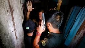 Phát hiện nhà tù đằng sau kệ sách ở đồn cảnh sát Philippines