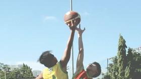 初中男子組朱文安學校(黃衣)對梁世榮學校比賽一瞥。
