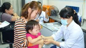 家長帶孩子到巴斯德院接種預防狂犬病疫苗。