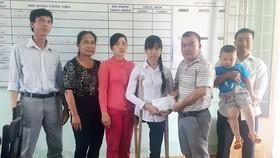 羅志榮(右三)先生代表把贊助教育經費款項轉交給錦絨。