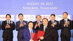 阮春福總理與泰副總理巴金‧詹東見證兩國的合作文件交換儀式。(圖源:越通社)