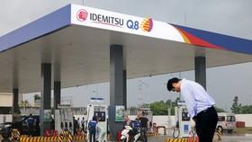 該公司外籍總經理竟在雨中打著雨傘向前來加油的顧客低頭鞠躬,此舉引起輿論紛紛。