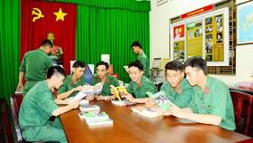 戰士們在胡志明閱覽室看書。