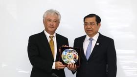 Chủ tịch UBND TP Đà Nẵng Huỳnh Đức Thơ tặng quà cho ông Masahiro Moriyasu, Tổng Giám đốc Mitsui & Co VIệt Nam