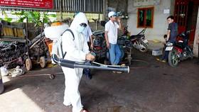 Nhân viên y tế phun thuốc diệt muỗi ngăn ngừa bệnh SXH bùng phát ở nhà dân