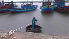 Người dân tổ chức chằng néo tàu thuyền đảm bảo an toàn tại âu thuyền Cửa Sót, xã Thạch Kim, huyện Lộc Hà, tỉnh Hà Tĩnh