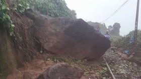 Khối đá 10 tấn sạt lở trên đèo Hải Vân chắn ngang đường sắt Bắc - Nam