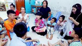 Niềm hạnh phúc của các em nhỏ trong chuyến từ thiện của Việt Hương