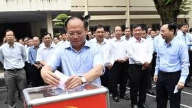 Phó Bí thư Thường trực Thành ủy TPHCM Tất Thành Cang tham gia ủng hộ đồng bào Miền Trung bị bão lũ. Ảnh:Việt Dũng
