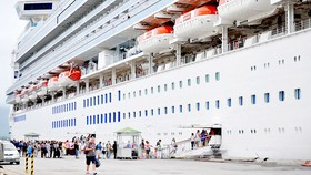 Du khách quốc tế du lịch bằng tàu biển cập cảng Chân Mây (Thừa Thiên - Huế) tham quan các di sản ở miền Trung