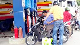 Trạm xăng Dương Anh Thư (679 Nguyễn Duy Trinh, phường Bình Trưng Đông, quận 2) vẫn bán hàng khi đang nhập xăng vào bồn chứa.