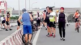 """Sau khi chinh phục đoạn đường dài, nhiều """"cua rơ"""" tụ tập nghỉ mệt và dựng xe ở cầu Ông Lớn, ảnh hưởng an toàn giao thông"""