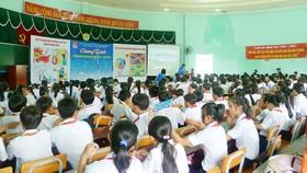 Các em học sinh tham gia chương trình tiết kiệm điện được tuyên truyền tại các trường học