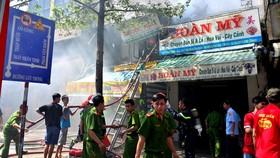 Cảnh sát PCCC dập lửa tại nhà ở kết hợp kinh doanh hoa vải ở quận 6