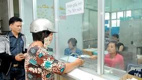 Khách hàng đóng tiền nước tại Công ty cổ phần Cấp nước Bến Thành. Ảnh: CAO THĂNG