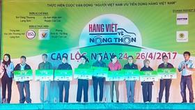 Phiên chợ Hàng Việt về nông thôn trao quà hộ gia đình và học sinh nghèo địa phương